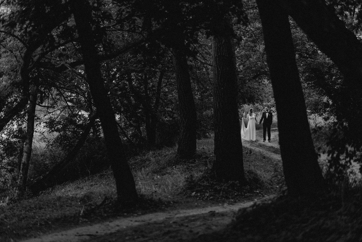 naturalna-sesja-slubna-boho-las-wianek-deszcz-swietliste-fotografia-slubna-bydgoszcz-zdjecia-slubne-torun-31