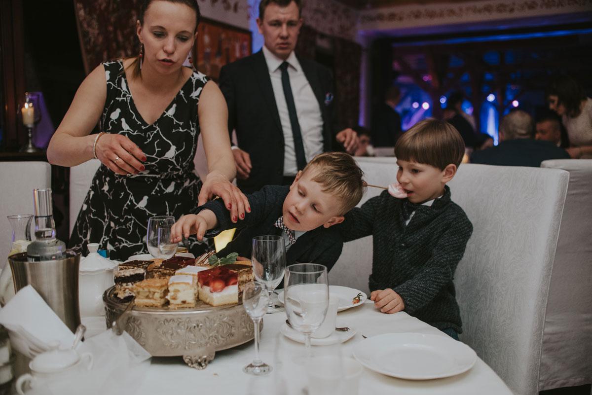 fotografia-slubna-bydgoszcz-swietliste-fotografujemy-emocje-zosia-michal-reportaz-slubny-wesele-dwór-hulanka-bydgoszcz-185