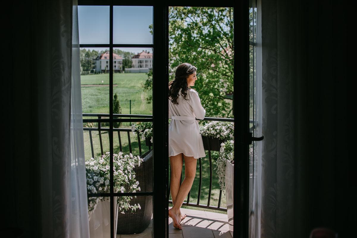 Reportaz-slubny-Bydgoszcz-Kosciol-NMP-Wspomozycielki-Wiernych-Niemcz-fotografia-slubna-Swietliste-fotografujemy-emocje-Torun-Hotel-Palac-Myslecinek-Paulina-Radek-016