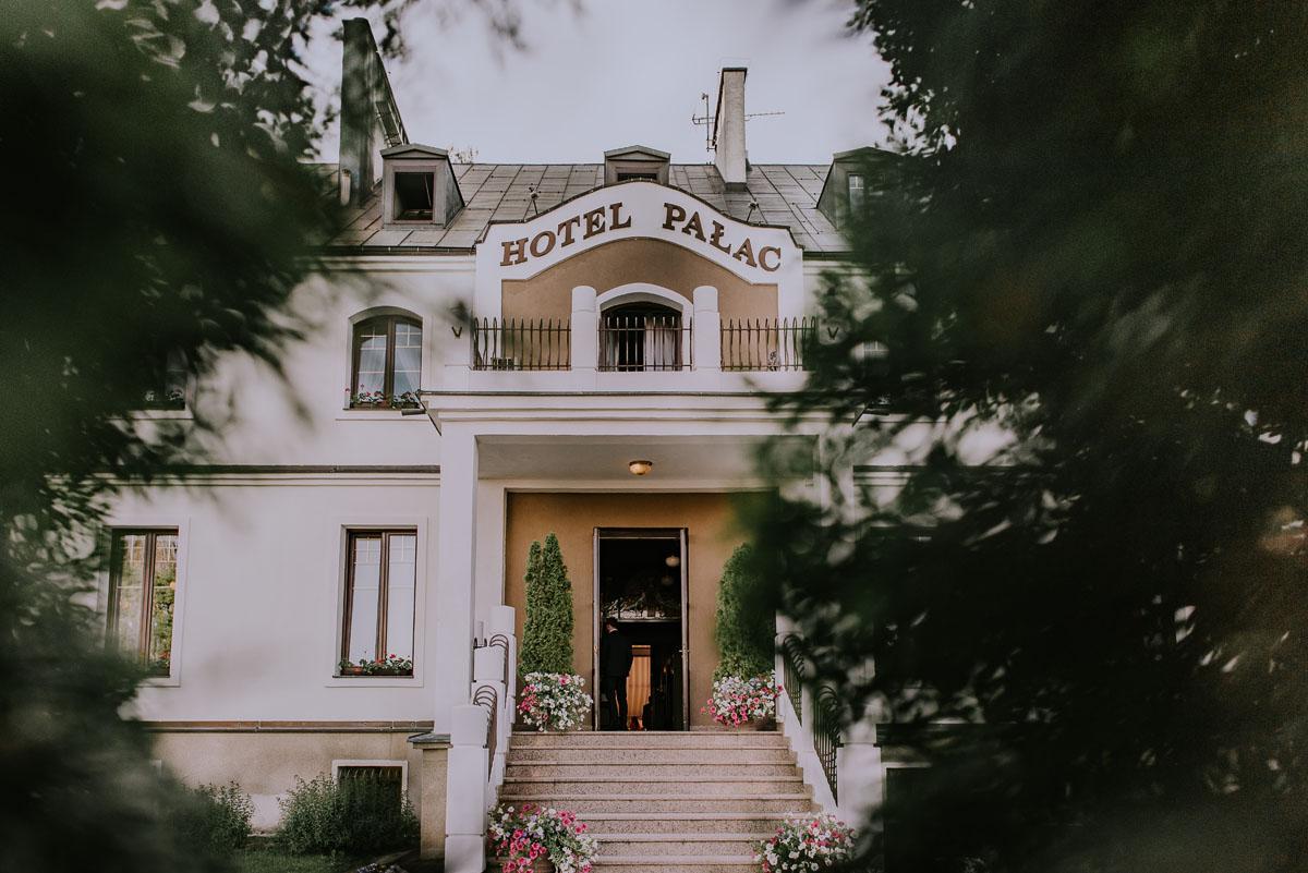 Reportaz-slubny-Bydgoszcz-Kosciol-NMP-Wspomozycielki-Wiernych-Niemcz-fotografia-slubna-Swietliste-fotografujemy-emocje-Torun-Hotel-Palac-Myslecinek-Paulina-Radek-100