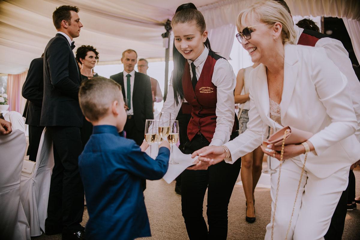 Reportaz-slubny-Bydgoszcz-Kosciol-NMP-Wspomozycielki-Wiernych-Niemcz-fotografia-slubna-Swietliste-fotografujemy-emocje-Torun-Hotel-Palac-Myslecinek-Paulina-Radek-104