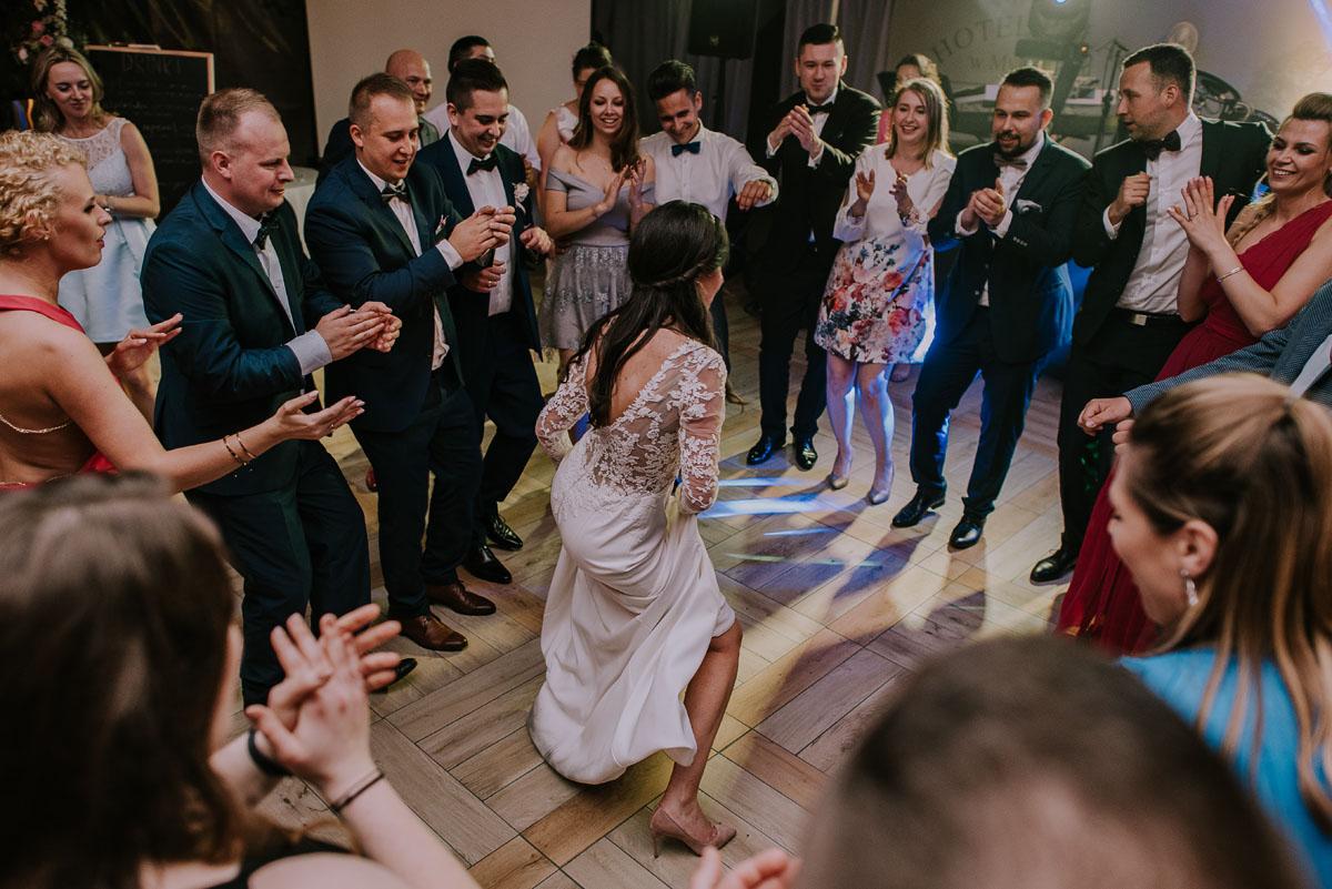 Reportaz-slubny-Bydgoszcz-Kosciol-NMP-Wspomozycielki-Wiernych-Niemcz-fotografia-slubna-Swietliste-fotografujemy-emocje-Torun-Hotel-Palac-Myslecinek-Paulina-Radek-163