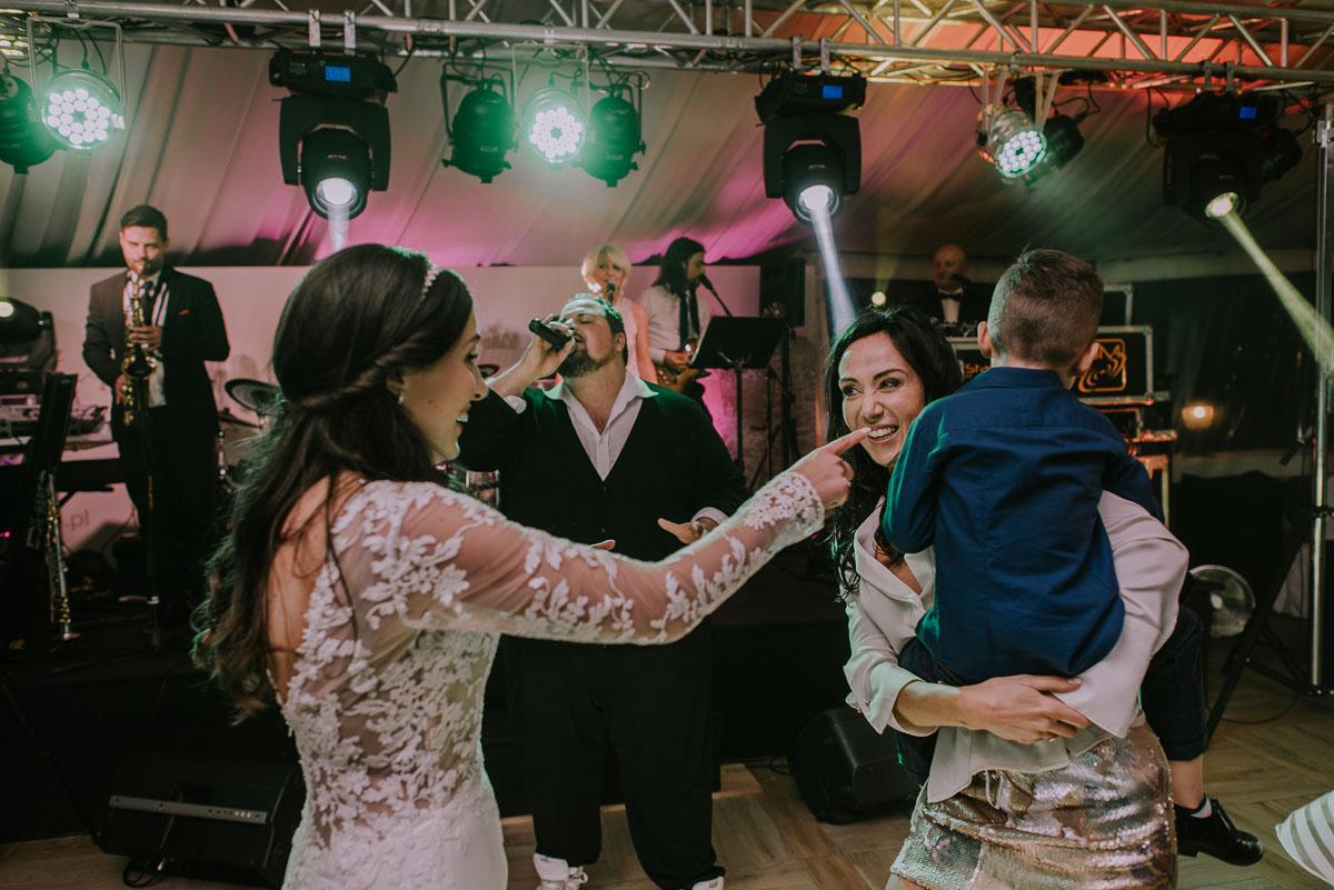 Reportaz-slubny-Bydgoszcz-Kosciol-NMP-Wspomozycielki-Wiernych-Niemcz-fotografia-slubna-Swietliste-fotografujemy-emocje-Torun-Hotel-Palac-Myslecinek-Paulina-Radek-178