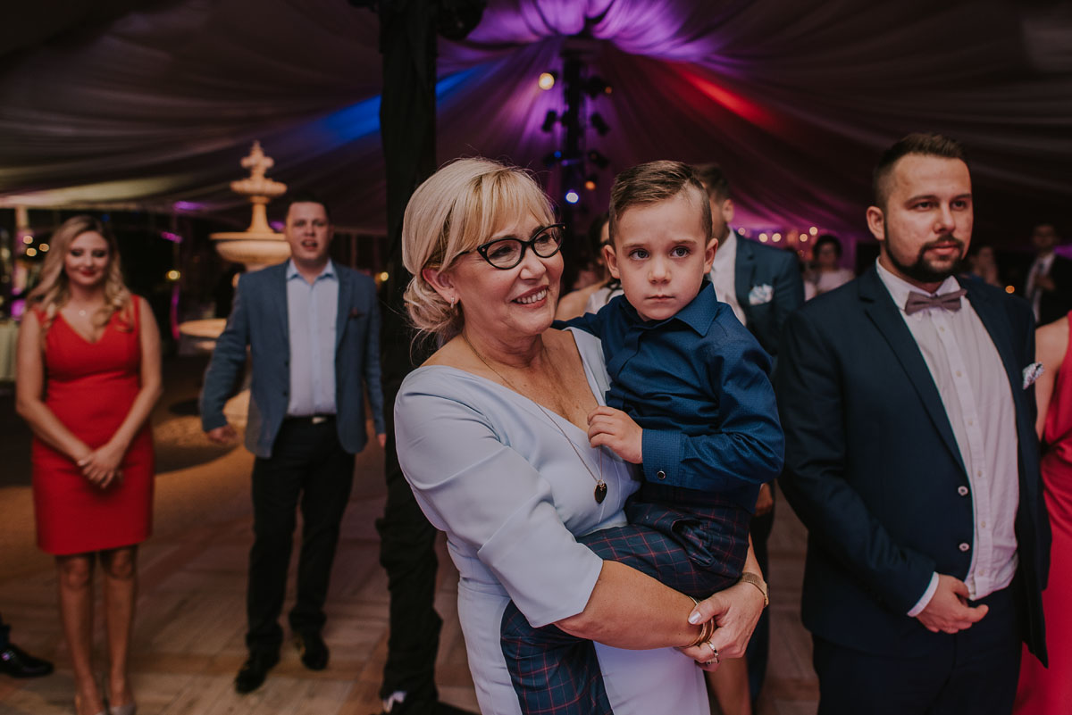 Reportaz-slubny-Bydgoszcz-Kosciol-NMP-Wspomozycielki-Wiernych-Niemcz-fotografia-slubna-Swietliste-fotografujemy-emocje-Torun-Hotel-Palac-Myslecinek-Paulina-Radek-181