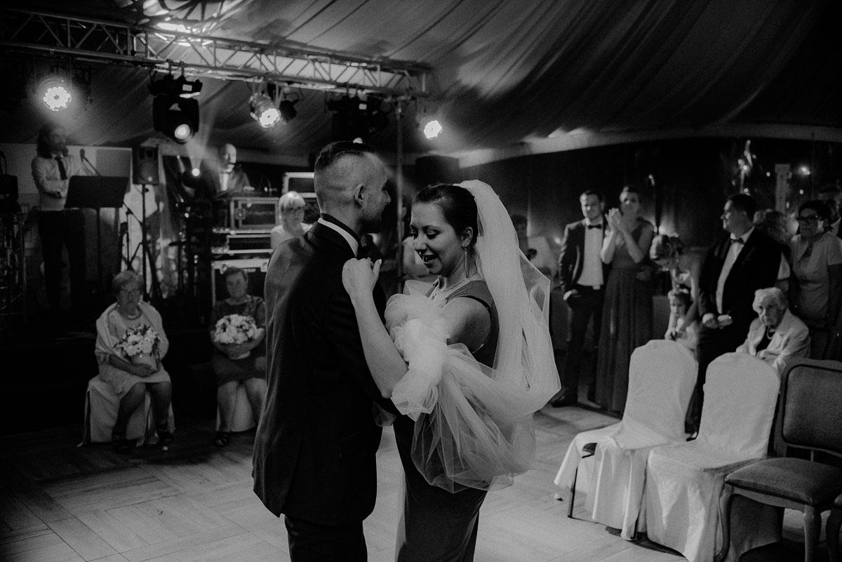 Reportaz-slubny-Bydgoszcz-Kosciol-NMP-Wspomozycielki-Wiernych-Niemcz-fotografia-slubna-Swietliste-fotografujemy-emocje-Torun-Hotel-Palac-Myslecinek-Paulina-Radek-203