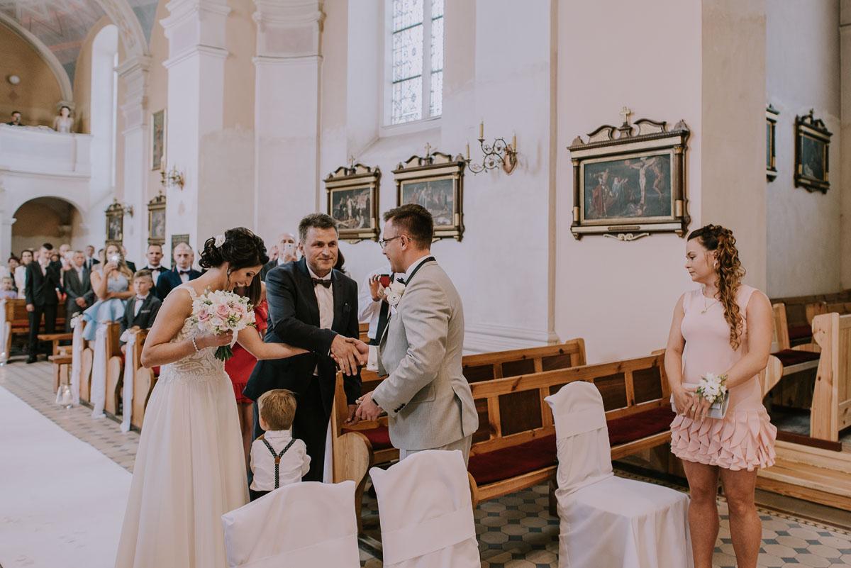 Fotografia-slubna-Bydgoszcz-Swietliste-fotografujemy-emocje-Kosciol-Michala-Archaniola-Wtelno-Stary-Mlyn-Wierzchucice-Joanna-Dawid-046