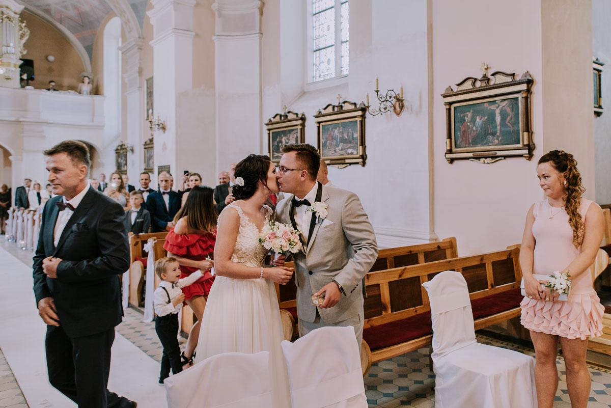 Fotografia-slubna-Bydgoszcz-Swietliste-fotografujemy-emocje-Kosciol-Michala-Archaniola-Wtelno-Stary-Mlyn-Wierzchucice-Joanna-Dawid-048