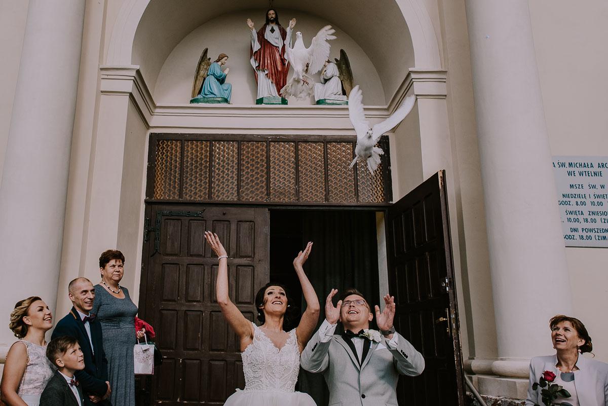 Fotografia-slubna-Bydgoszcz-Swietliste-fotografujemy-emocje-Kosciol-Michala-Archaniola-Wtelno-Stary-Mlyn-Wierzchucice-Joanna-Dawid-092
