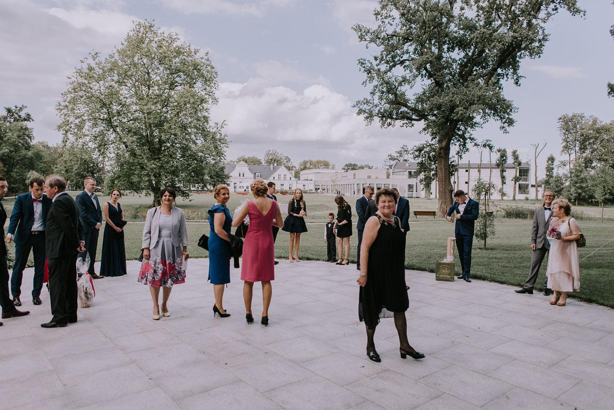 elegancki-slub-koscielny-plenerze-glamour-palac-romantyczny-turzno-fotografia-slubna-Swietliste-fotografujemy-emocje-Torun-reportaz-slubny-Ewa-Jakub-044
