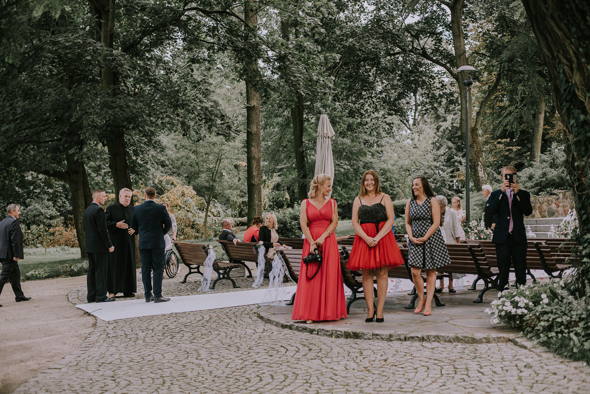 elegancki-slub-koscielny-plenerze-glamour-palac-romantyczny-turzno-fotografia-slubna-Swietliste-fotografujemy-emocje-Torun-reportaz-slubny-Ewa-Jakub-047