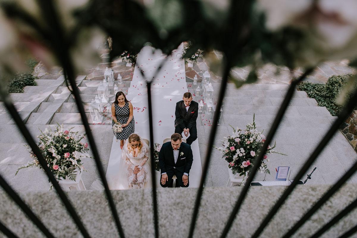 elegancki-slub-koscielny-plenerze-glamour-palac-romantyczny-turzno-fotografia-slubna-Swietliste-fotografujemy-emocje-Torun-reportaz-slubny-Ewa-Jakub-064