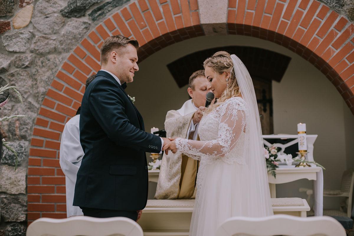 elegancki-slub-koscielny-plenerze-glamour-palac-romantyczny-turzno-fotografia-slubna-Swietliste-fotografujemy-emocje-Torun-reportaz-slubny-Ewa-Jakub-086