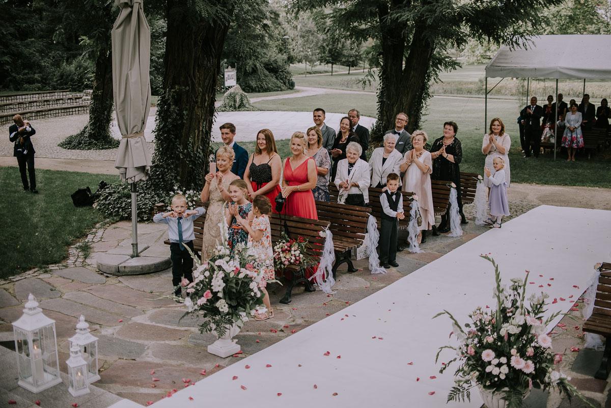 elegancki-slub-koscielny-plenerze-glamour-palac-romantyczny-turzno-fotografia-slubna-Swietliste-fotografujemy-emocje-Torun-reportaz-slubny-Ewa-Jakub-089