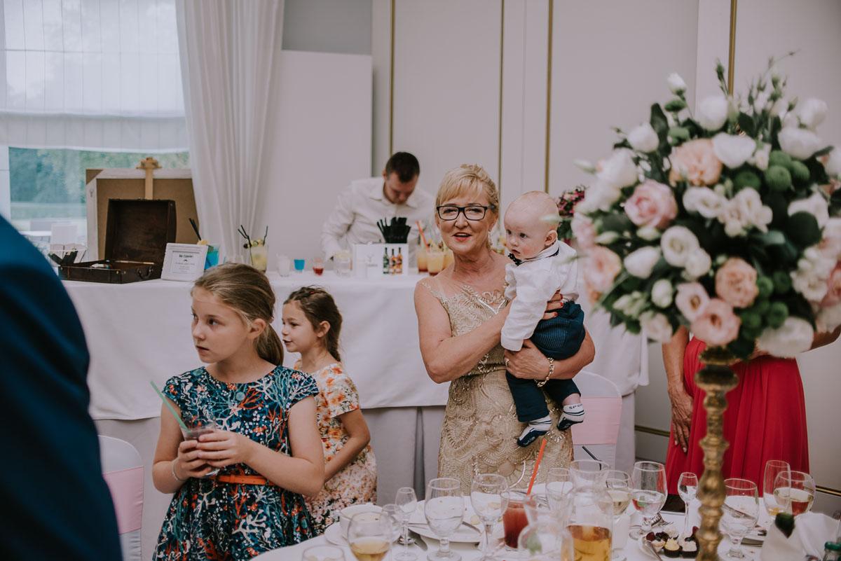 elegancki-slub-koscielny-plenerze-glamour-palac-romantyczny-turzno-fotografia-slubna-Swietliste-fotografujemy-emocje-Torun-reportaz-slubny-Ewa-Jakub-128