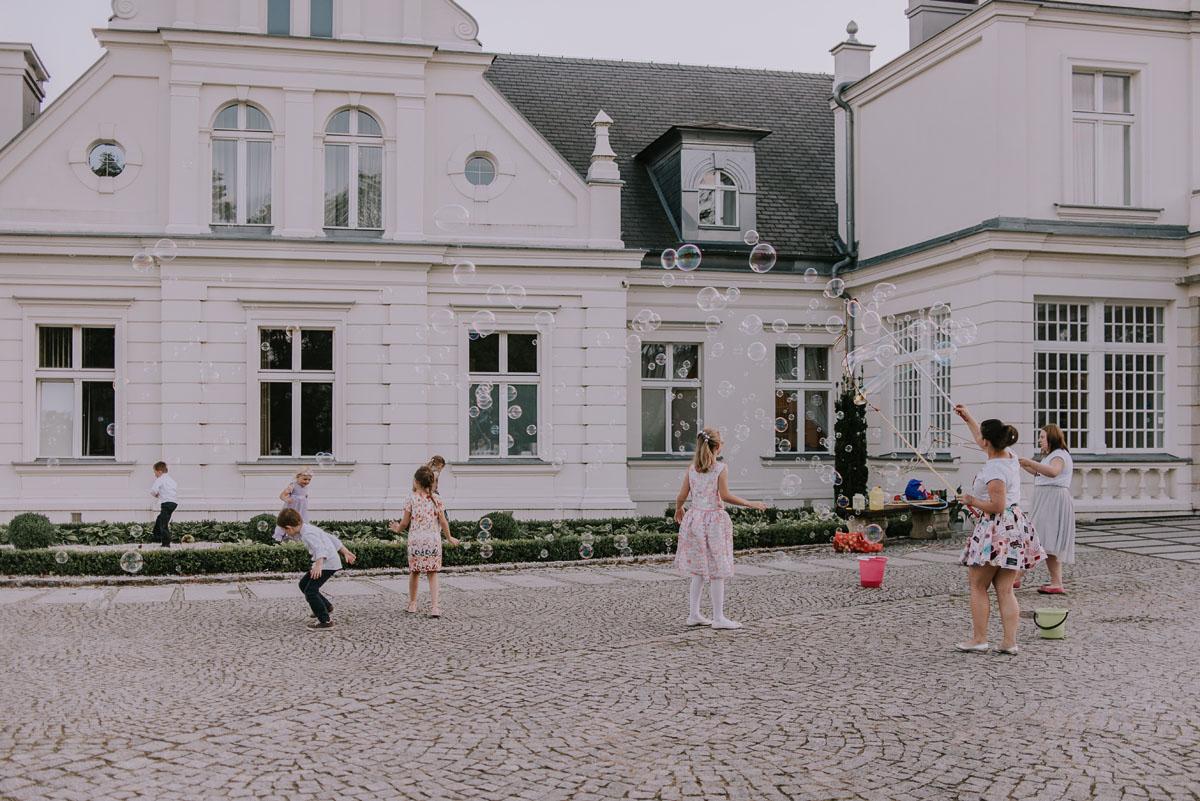 elegancki-slub-koscielny-plenerze-glamour-palac-romantyczny-turzno-fotografia-slubna-Swietliste-fotografujemy-emocje-Torun-reportaz-slubny-Ewa-Jakub-132