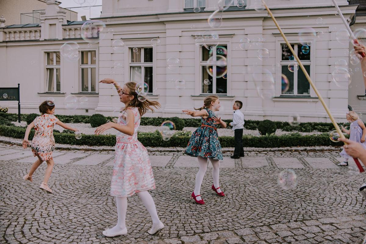elegancki-slub-koscielny-plenerze-glamour-palac-romantyczny-turzno-fotografia-slubna-Swietliste-fotografujemy-emocje-Torun-reportaz-slubny-Ewa-Jakub-133