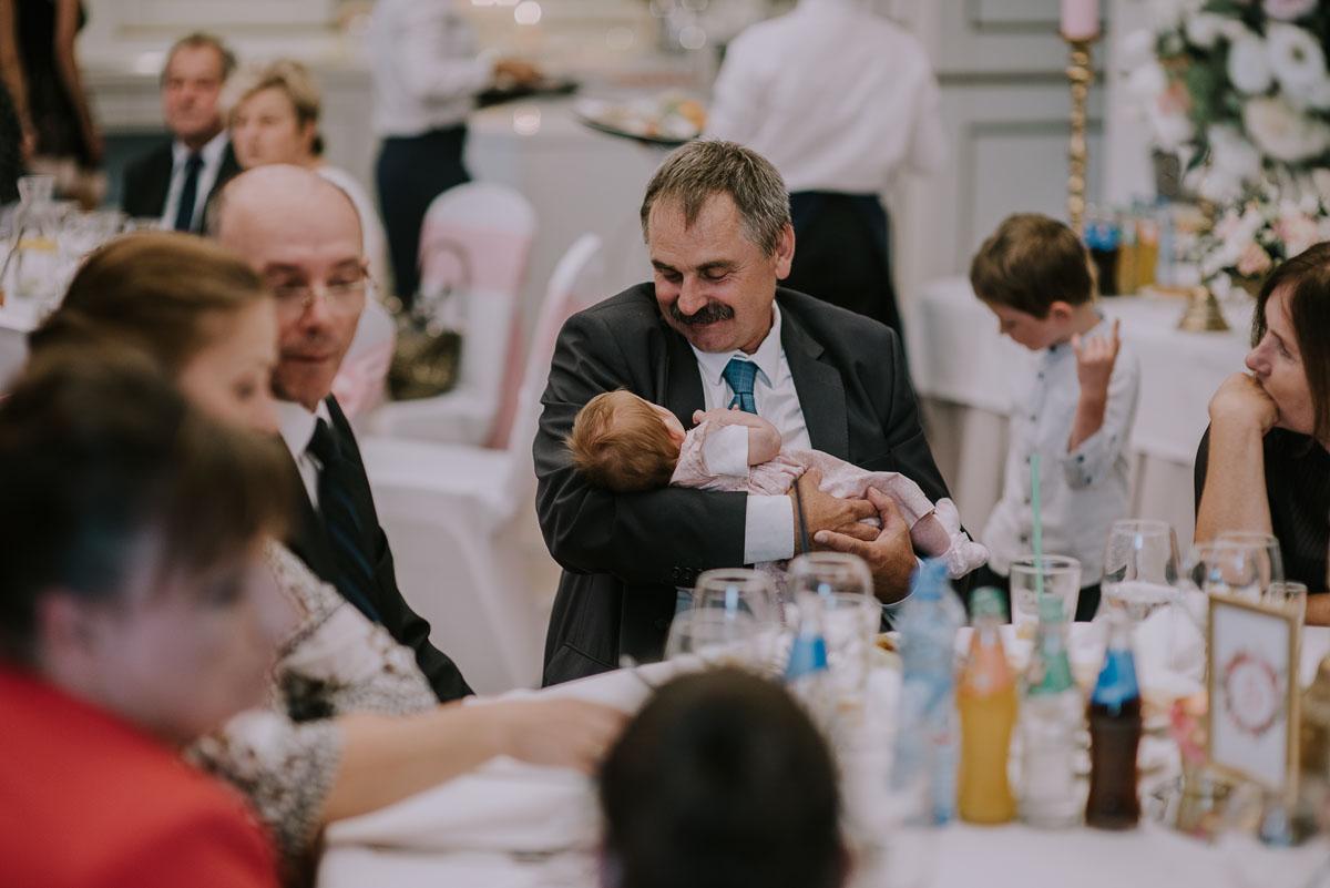 elegancki-slub-koscielny-plenerze-glamour-palac-romantyczny-turzno-fotografia-slubna-Swietliste-fotografujemy-emocje-Torun-reportaz-slubny-Ewa-Jakub-164