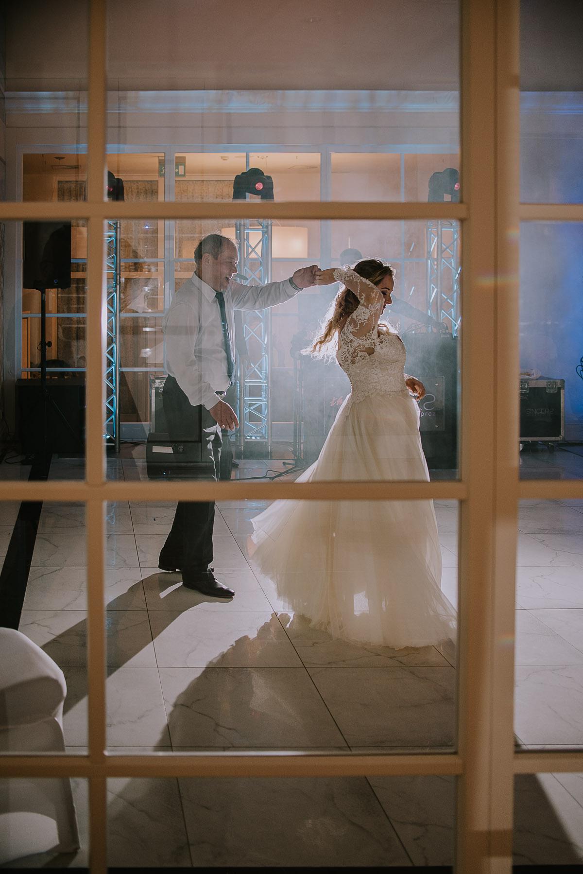 elegancki-slub-koscielny-plenerze-glamour-palac-romantyczny-turzno-fotografia-slubna-Swietliste-fotografujemy-emocje-Torun-reportaz-slubny-Ewa-Jakub-191