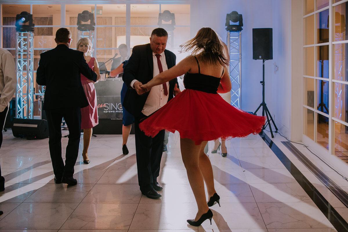 elegancki-slub-koscielny-plenerze-glamour-palac-romantyczny-turzno-fotografia-slubna-Swietliste-fotografujemy-emocje-Torun-reportaz-slubny-Ewa-Jakub-195