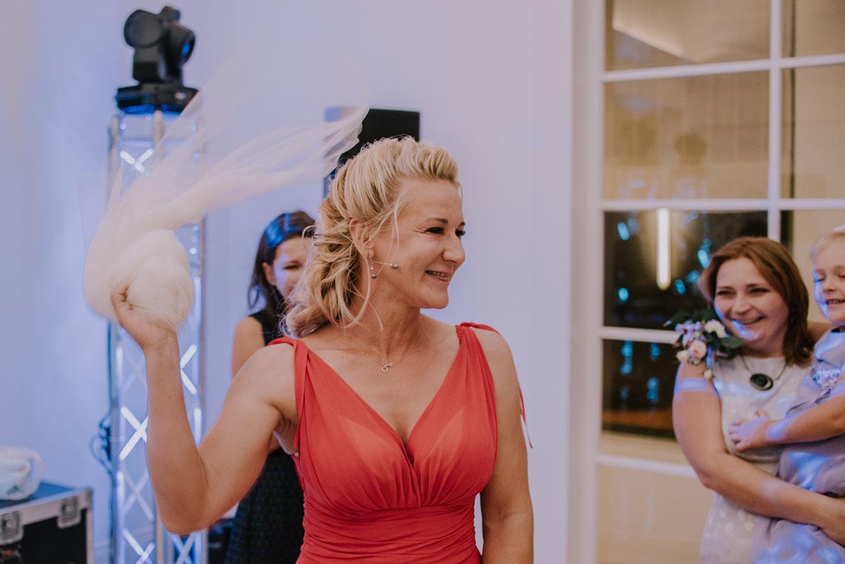 elegancki-slub-koscielny-plenerze-glamour-palac-romantyczny-turzno-fotografia-slubna-Swietliste-fotografujemy-emocje-Torun-reportaz-slubny-Ewa-Jakub-218
