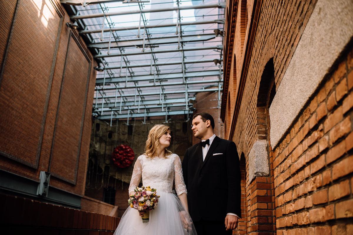 Miejski plener ślubny w kamienicy Młyńska 12 w Poznaniu w hotelu Blow Up Hall 5050. Sesja w palmiarni poznańskiej Świetliste fotografujemy emocje Agata Karol