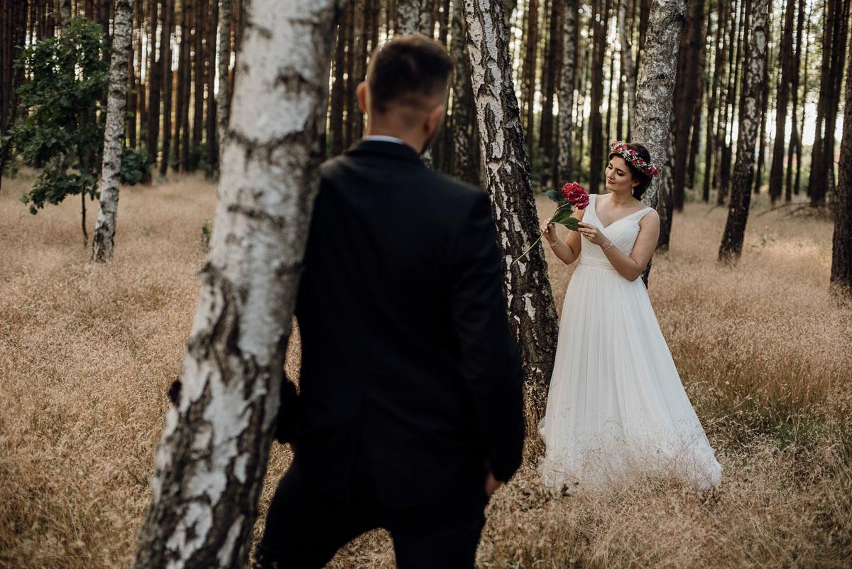 naturalna-lesna-slubna-sesja-plenerowa-swietliste-fotografujemy-emocje-Torun-Martyna-Grzegorz-004