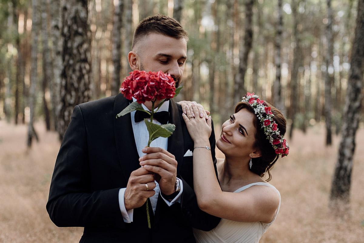naturalna-lesna-slubna-sesja-plenerowa-swietliste-fotografujemy-emocje-Torun-Martyna-Grzegorz-005
