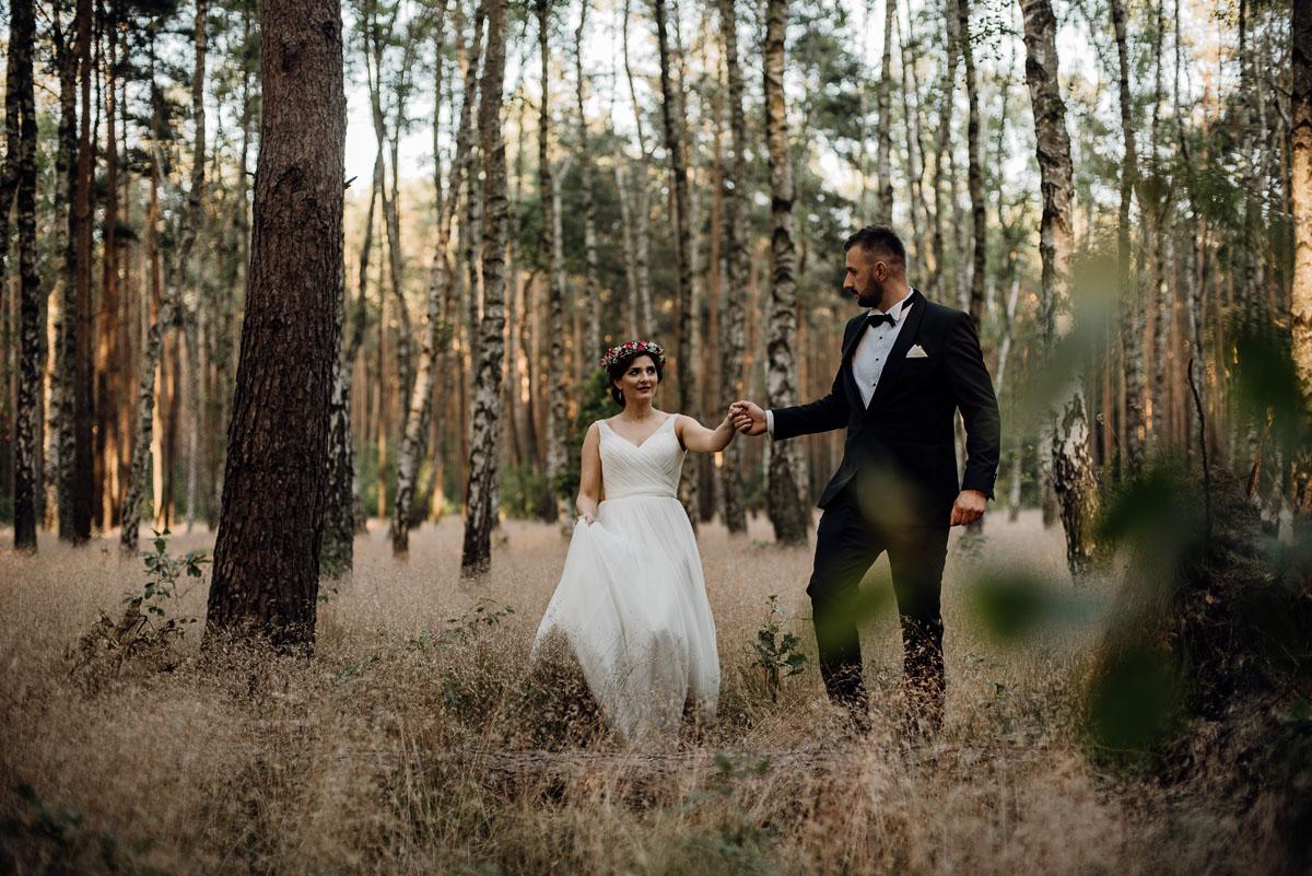 naturalna-lesna-slubna-sesja-plenerowa-swietliste-fotografujemy-emocje-Torun-Martyna-Grzegorz-008