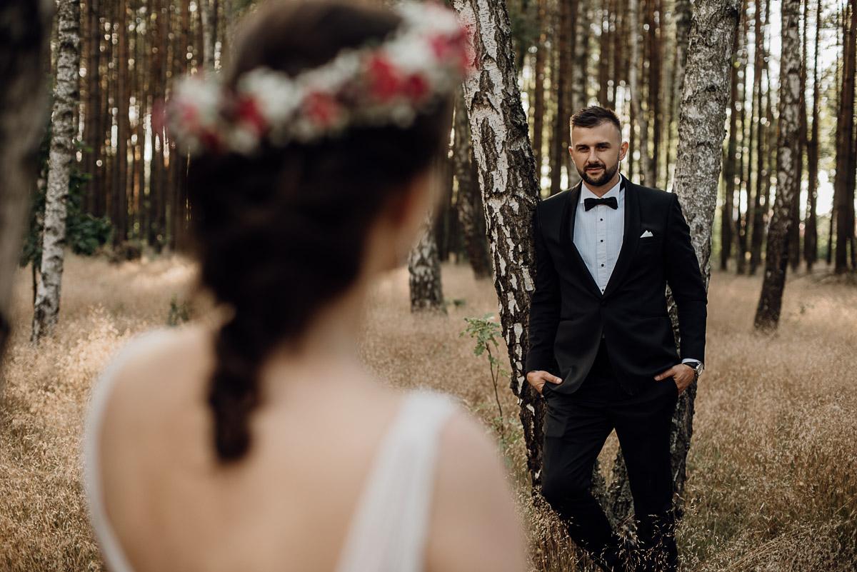 naturalna-lesna-slubna-sesja-plenerowa-swietliste-fotografujemy-emocje-Torun-Martyna-Grzegorz-009