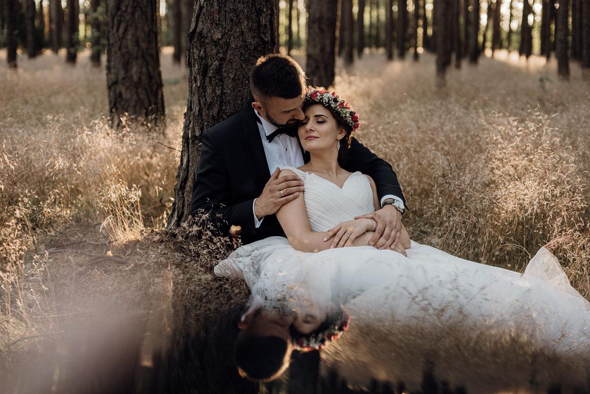 naturalna-lesna-slubna-sesja-plenerowa-swietliste-fotografujemy-emocje-Torun-Martyna-Grzegorz-012