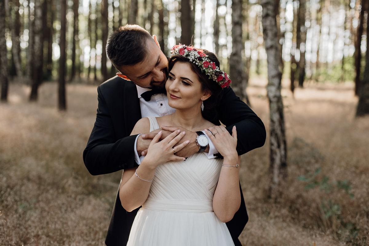 naturalna-lesna-slubna-sesja-plenerowa-swietliste-fotografujemy-emocje-Torun-Martyna-Grzegorz-018