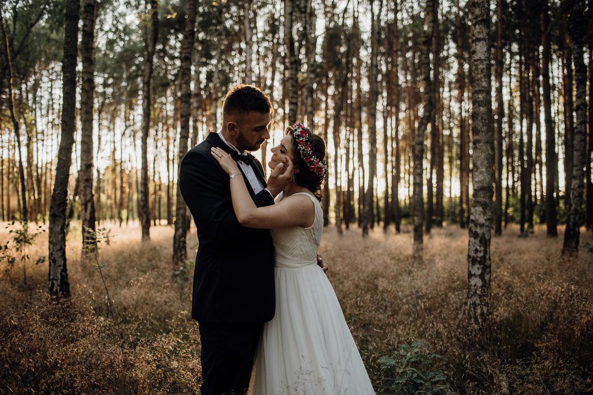 naturalna-lesna-slubna-sesja-plenerowa-swietliste-fotografujemy-emocje-Torun-Martyna-Grzegorz-020