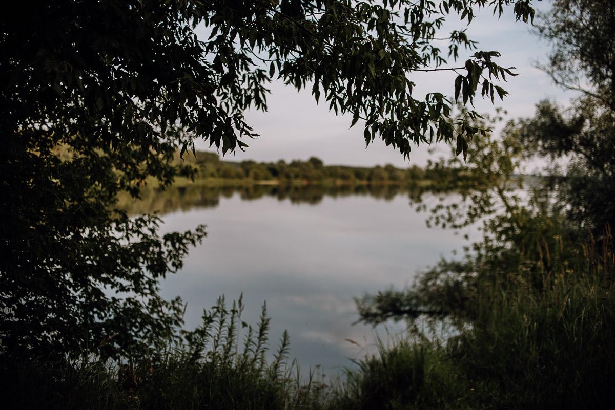 naturalna-lesna-slubna-sesja-plenerowa-swietliste-fotografujemy-emocje-Torun-Martyna-Grzegorz-026