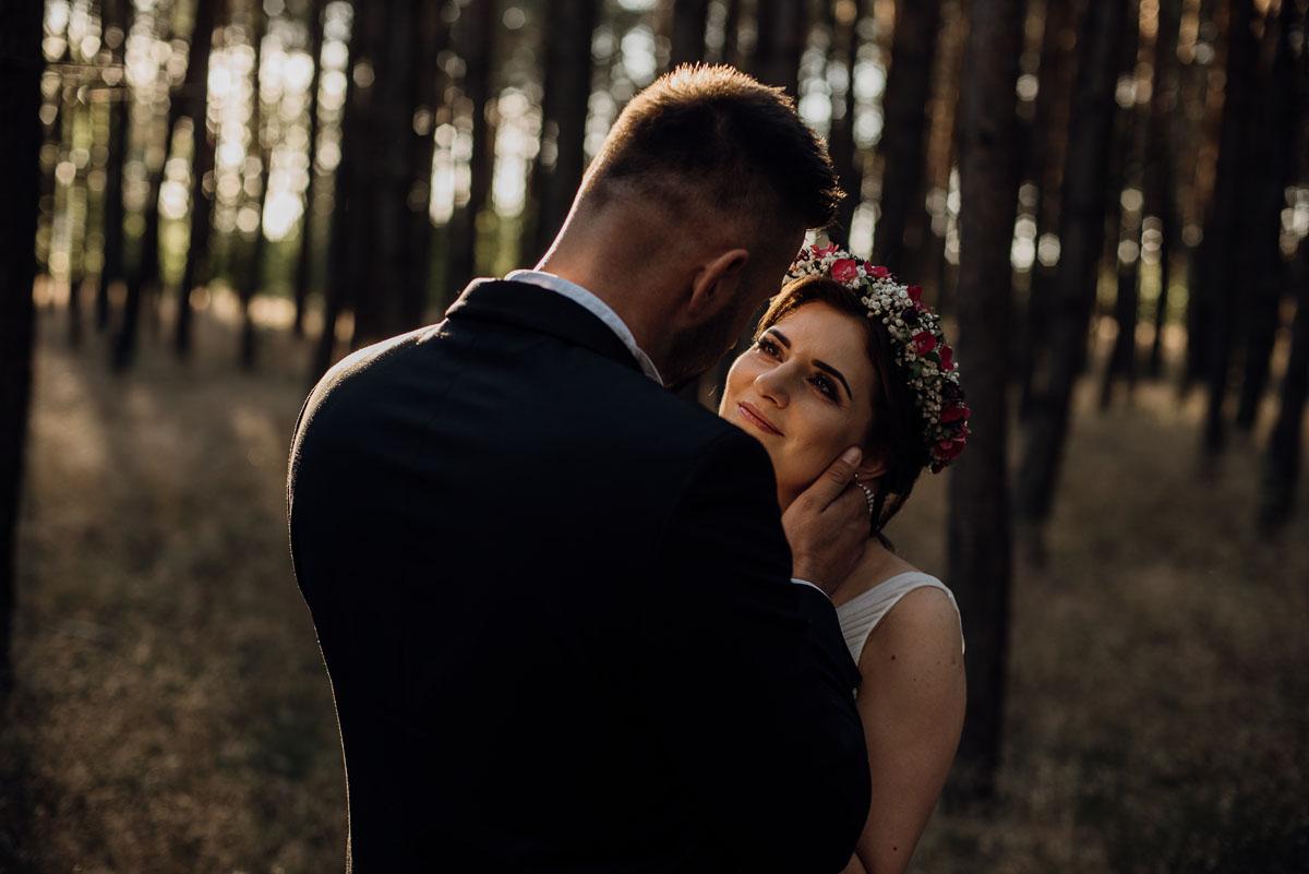 naturalna-lesna-slubna-sesja-plenerowa-swietliste-fotografujemy-emocje-Torun-Martyna-Grzegorz-031