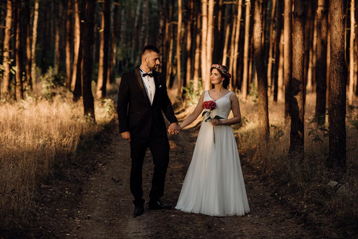 naturalna-lesna-slubna-sesja-plenerowa-swietliste-fotografujemy-emocje-Torun-Martyna-Grzegorz-039