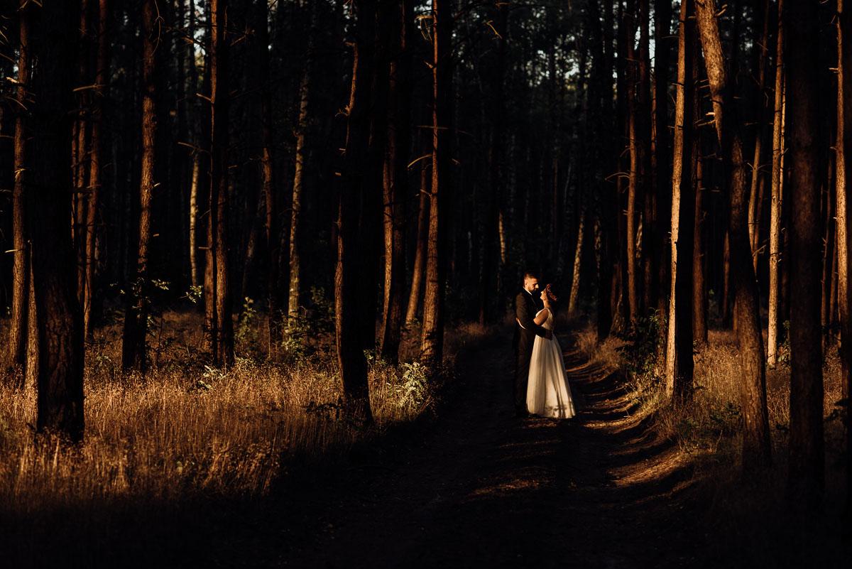 naturalna-lesna-slubna-sesja-plenerowa-swietliste-fotografujemy-emocje-Torun-Martyna-Grzegorz-040