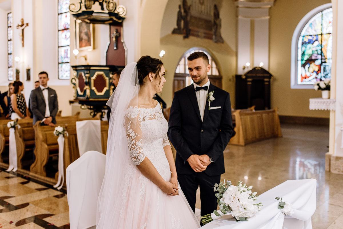 reportaz-slubny-Ola-Kamil-slub-kosciol-sw-Stanislawa-wesele-restauracja-Lesna-Solec-Kujawski-Swietliste-fotografujemy-emocje-070