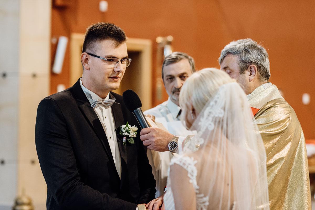 reportaz-slubny-dworek-Milusin-Zielonka-kosciol-Michala-Kozala-Biskupa-Meczennika-Bydgoszcz-Swietliste-fotografujemy-emocje-Justyna-Tomasz-072