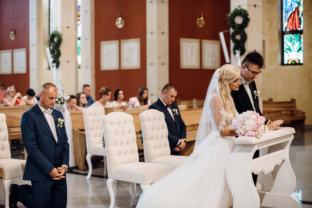 reportaz-slubny-dworek-Milusin-Zielonka-kosciol-Michala-Kozala-Biskupa-Meczennika-Bydgoszcz-Swietliste-fotografujemy-emocje-Justyna-Tomasz-087