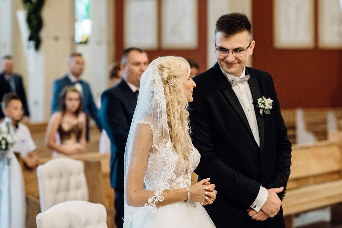 reportaz-slubny-dworek-Milusin-Zielonka-kosciol-Michala-Kozala-Biskupa-Meczennika-Bydgoszcz-Swietliste-fotografujemy-emocje-Justyna-Tomasz-093