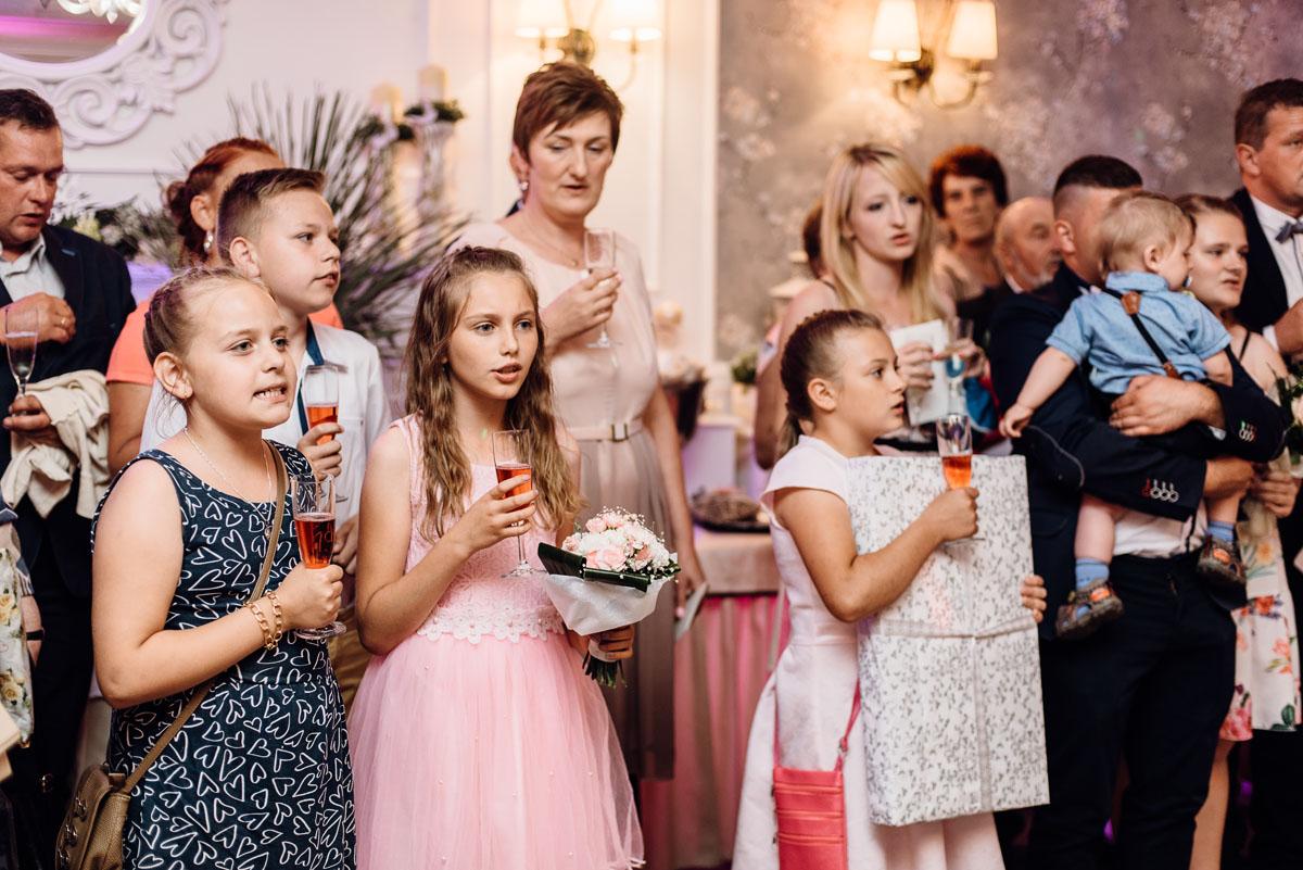 reportaz-slubny-dworek-Milusin-Zielonka-kosciol-Michala-Kozala-Biskupa-Meczennika-Bydgoszcz-Swietliste-fotografujemy-emocje-Justyna-Tomasz-104