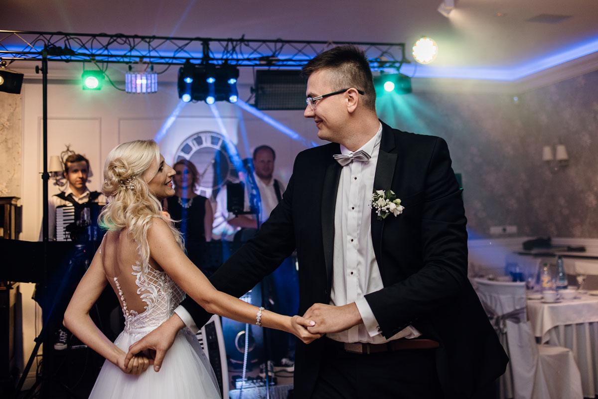 reportaz-slubny-dworek-Milusin-Zielonka-kosciol-Michala-Kozala-Biskupa-Meczennika-Bydgoszcz-Swietliste-fotografujemy-emocje-Justyna-Tomasz-119