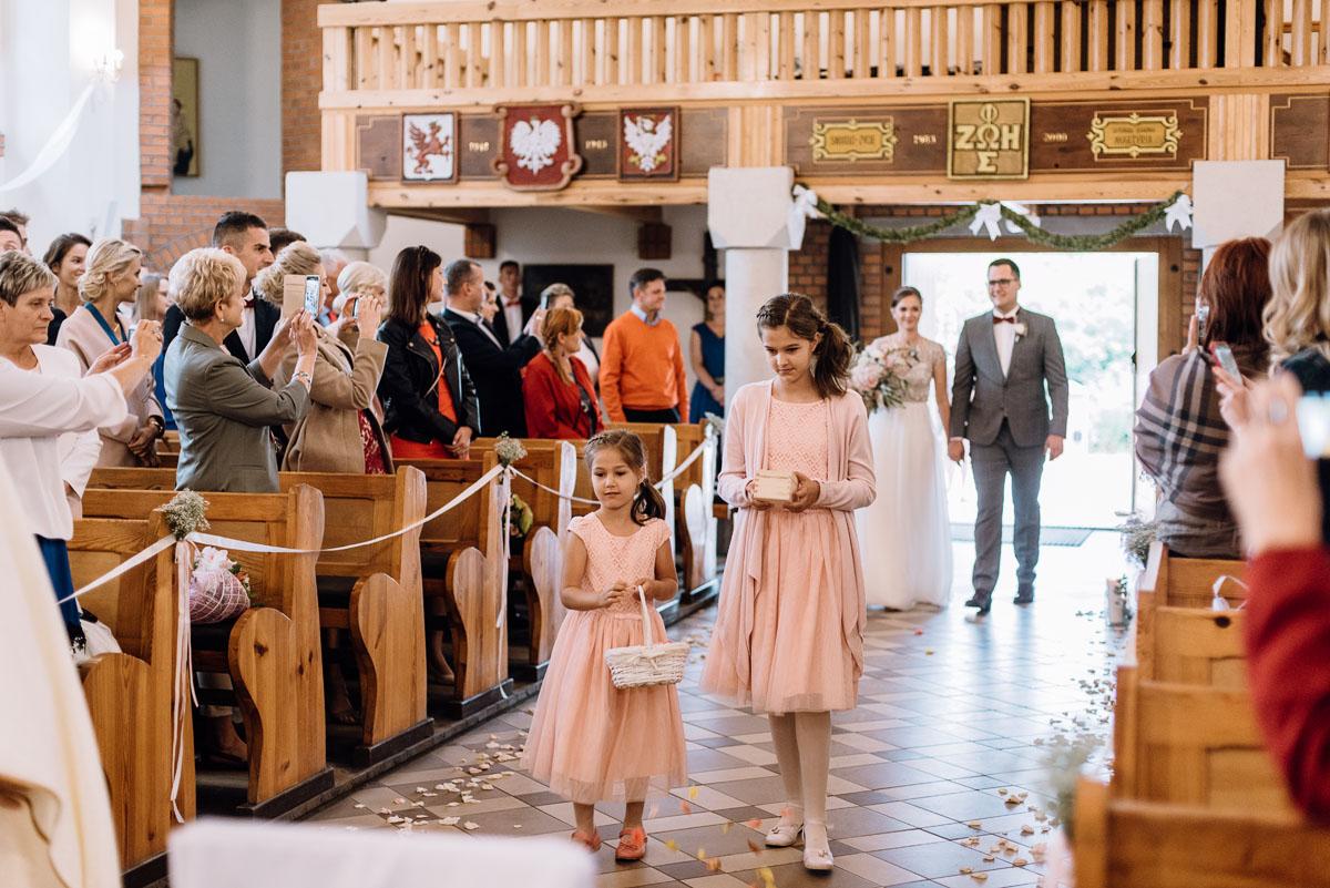 alternatywny-slub-wesele-w-stylu-slow-wedding-szklana-stodola-Bozenkowo-Swietliste-fotografujemy-emocje-Magda-Jakub-062