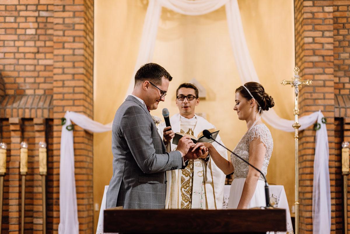 alternatywny-slub-wesele-w-stylu-slow-wedding-szklana-stodola-Bozenkowo-Swietliste-fotografujemy-emocje-Magda-Jakub-083
