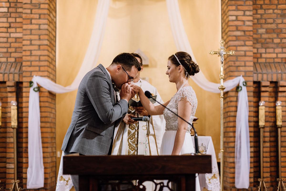 alternatywny-slub-wesele-w-stylu-slow-wedding-szklana-stodola-Bozenkowo-Swietliste-fotografujemy-emocje-Magda-Jakub-085