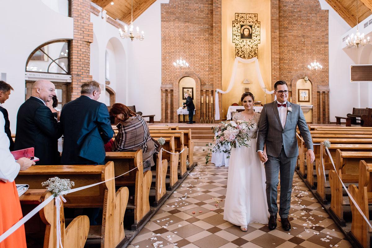 alternatywny-slub-wesele-w-stylu-slow-wedding-szklana-stodola-Bozenkowo-Swietliste-fotografujemy-emocje-Magda-Jakub-098