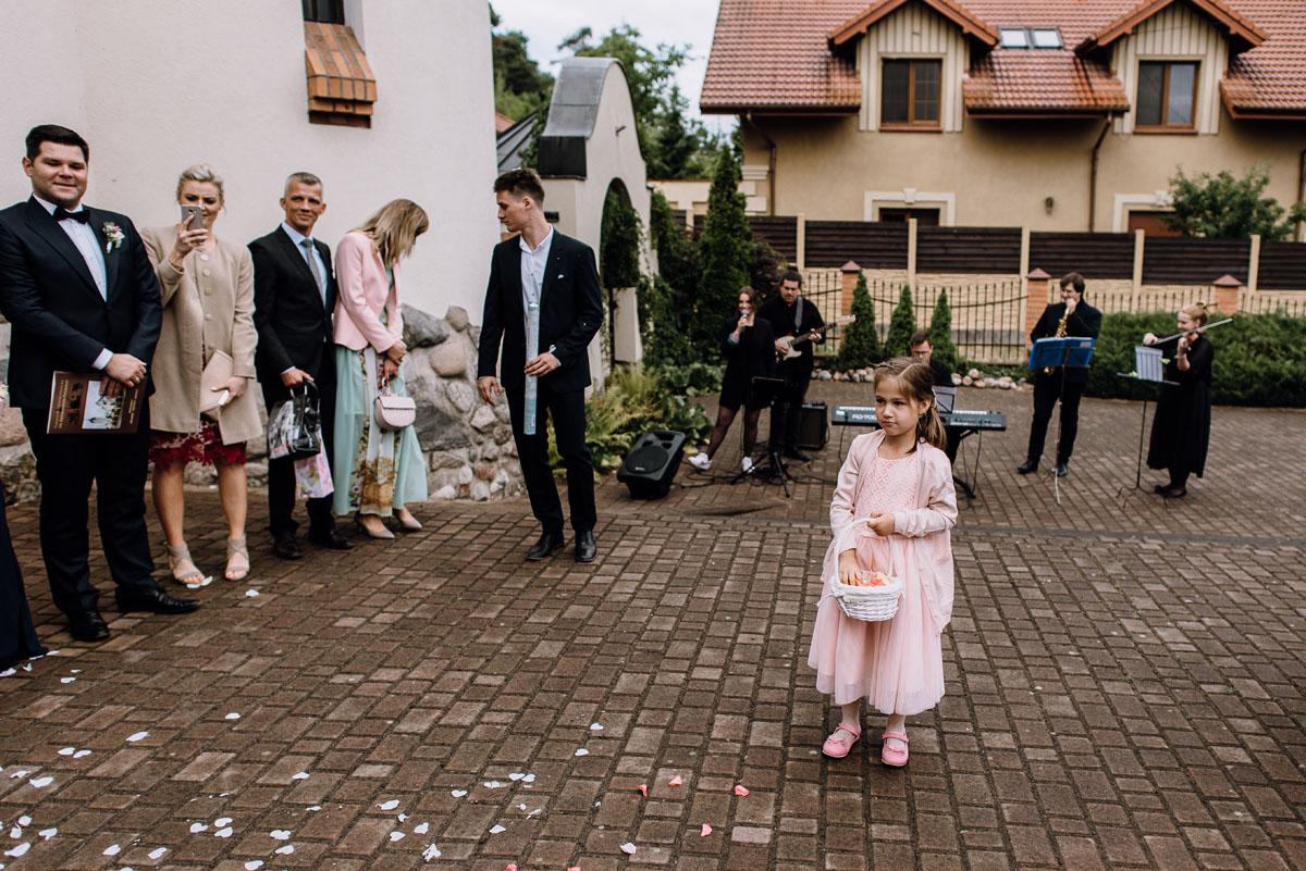 alternatywny-slub-wesele-w-stylu-slow-wedding-szklana-stodola-Bozenkowo-Swietliste-fotografujemy-emocje-Magda-Jakub-101