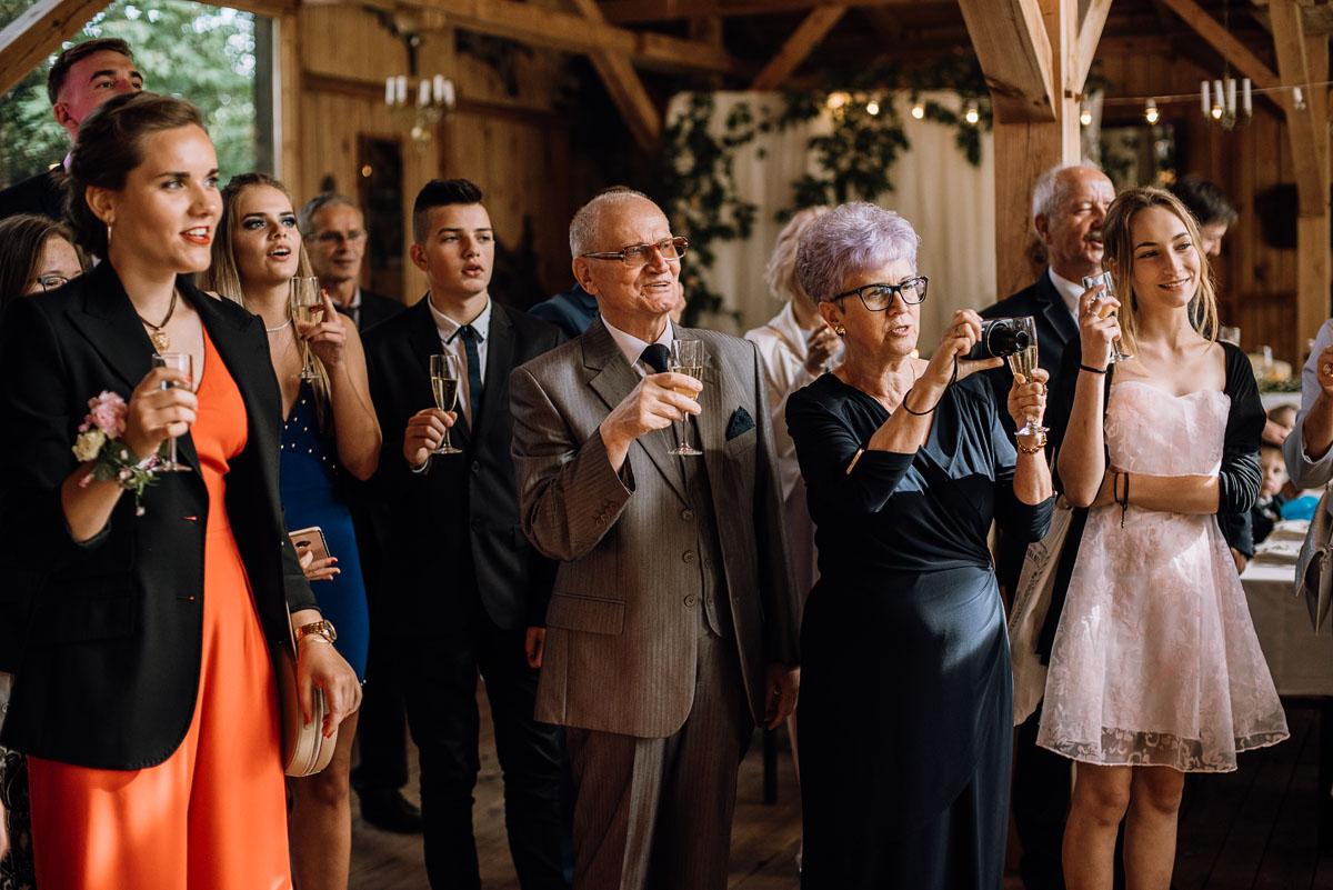 alternatywny-slub-wesele-w-stylu-slow-wedding-szklana-stodola-Bozenkowo-Swietliste-fotografujemy-emocje-Magda-Jakub-143