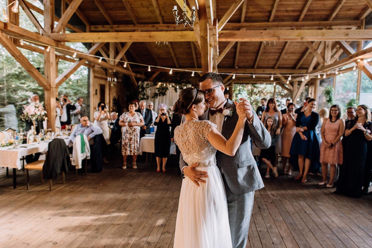 alternatywny-slub-wesele-w-stylu-slow-wedding-szklana-stodola-Bozenkowo-Swietliste-fotografujemy-emocje-Magda-Jakub-153