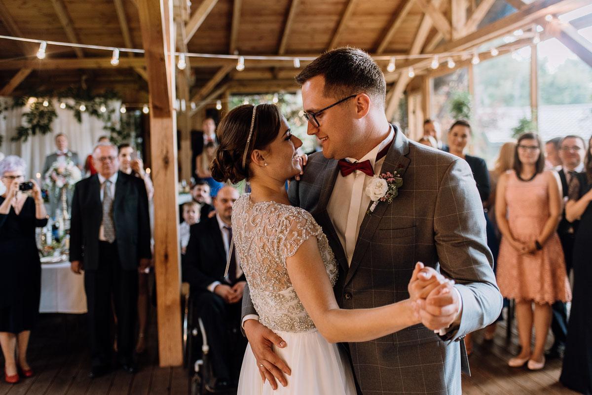 alternatywny-slub-wesele-w-stylu-slow-wedding-szklana-stodola-Bozenkowo-Swietliste-fotografujemy-emocje-Magda-Jakub-154